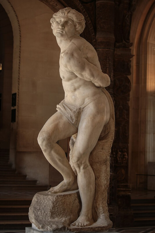 Escultura de Esclavo Rebelde de Michelangelo Musee Louvre París