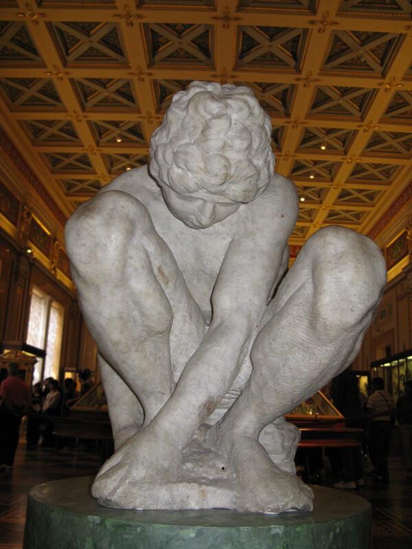 Michelangelo Joven en Cuclillas Museo del Hermitage de San Petersburgo