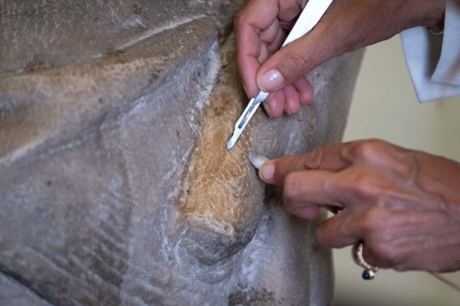 Restauración de escultura de mármol de la Piedad de Miguel Ángel