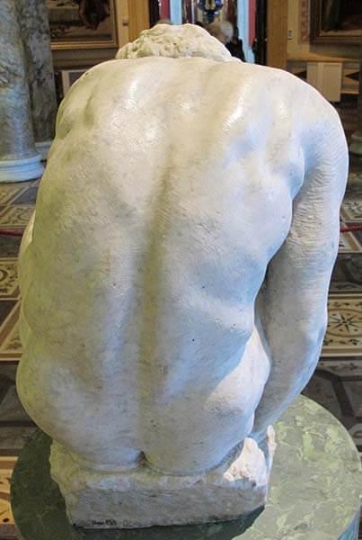 Joven en cuclillas de Michelangelo Museo Hermitage