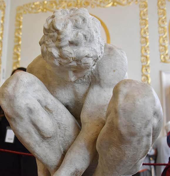 Michelangelo Joven en cuclillas Hermitage escultura renacimiento