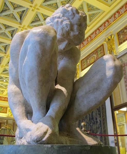 Joven en cuclillas de Michelangelo Buonarroti en el Hermitage